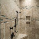 badkamer met douche op stang