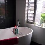 badkamer met ronde badkuip